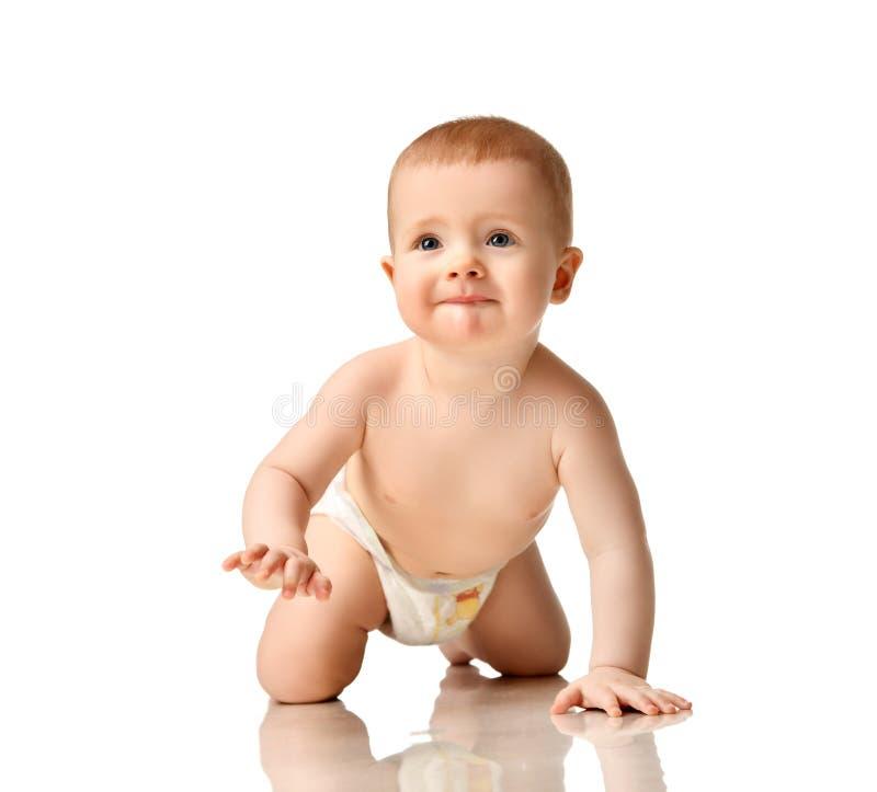 Младенческий малыш мальчика ребенка в усмехаться ползания пеленки счастливый стоковое изображение