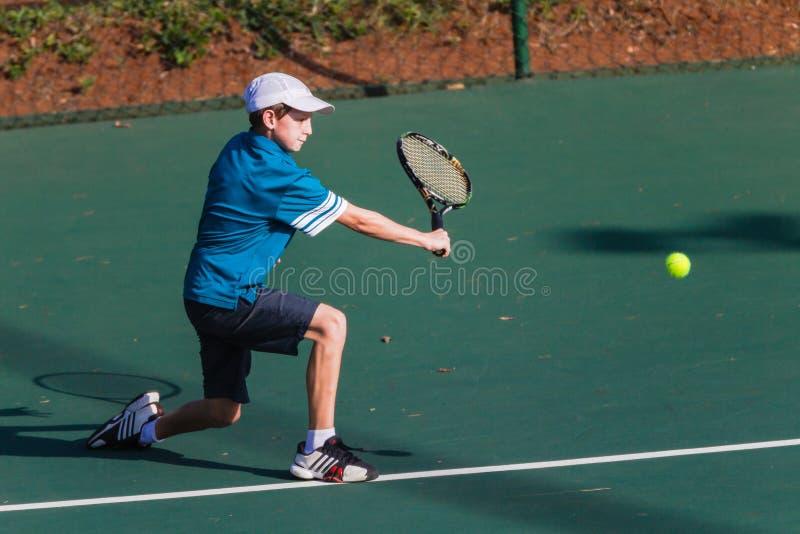 Младший мальчик играя теннис   стоковые фотографии rf