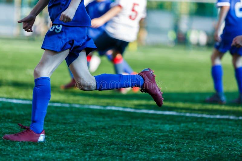 Младший футбольный матч Мальчики в голубом белом футбольном матче игры sportswear на футбольном поле Футбольный стадион, поле тра стоковое изображение rf