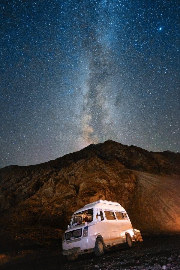 Млечный путь звездной ночи в Ladakh Индии стоковые изображения rf