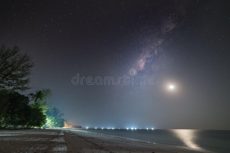 Млечный Путь звёздный неба просвечивает звезды ночью на тропических островах, размытых лодках в море Индонезия Острова Кей Молукк стоковое фото