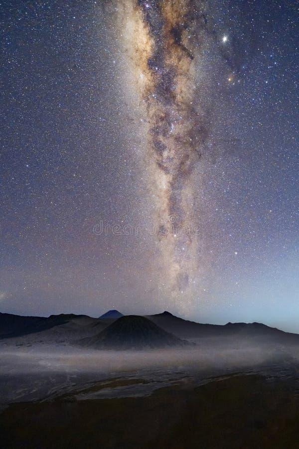 Млечный путь и звезды над держателем Bromo вечером Действующий вулкан и одно посещать достопримечательностей в East Java стоковые фото