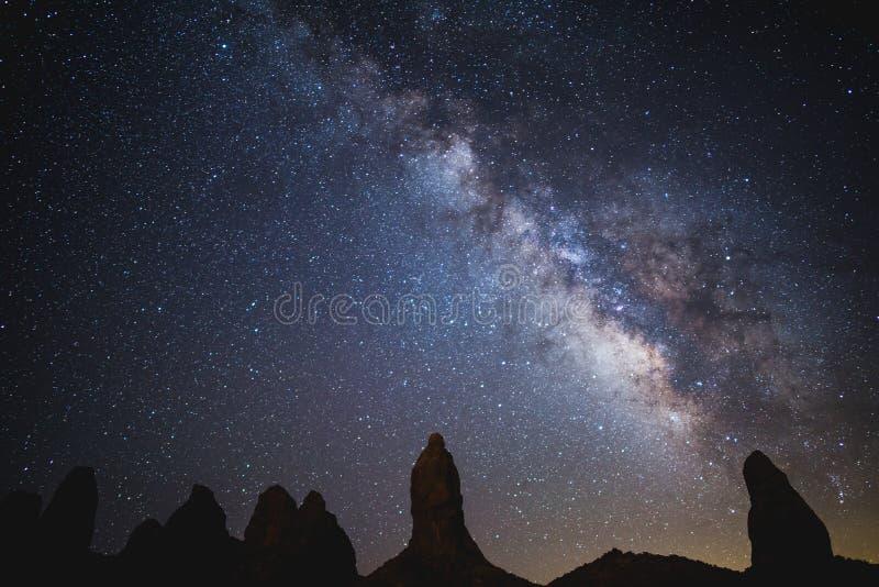 Млечный путь над башенками Trona стоковое фото rf
