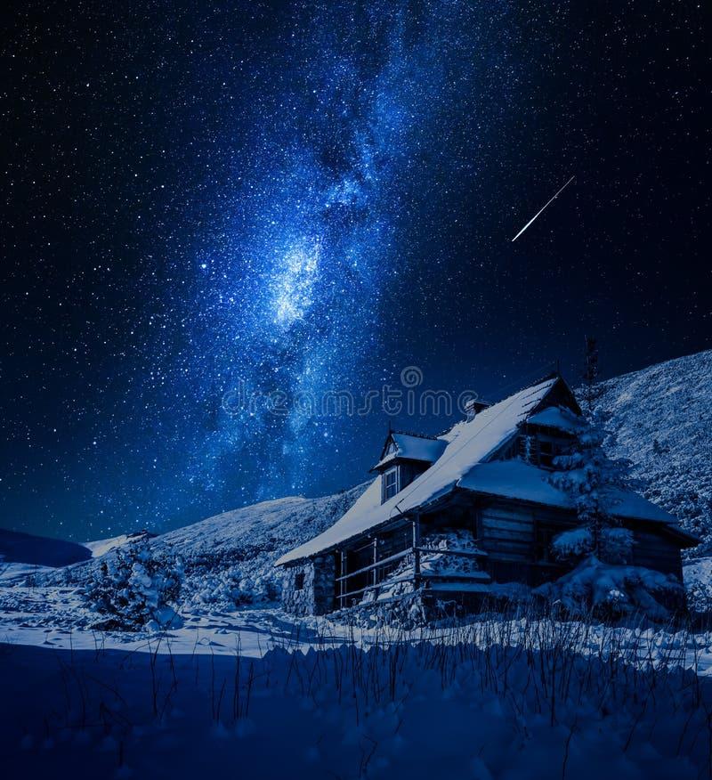 Млечный путь над деревянным коттеджем в зиме, Польшей горы стоковые фотографии rf