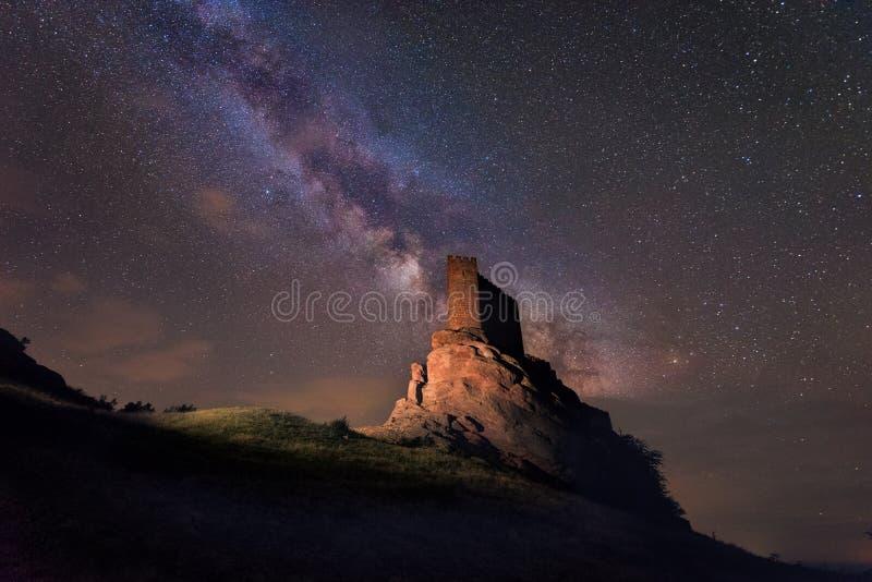 Млечный путь над замком Zafra в Гвадалахаре, Испании стоковая фотография rf