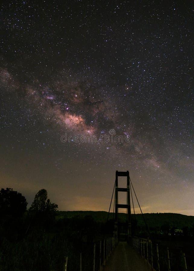 Млечный путь над мостом веревочки, фотоснимком долгой выдержки С зерном стоковая фотография rf