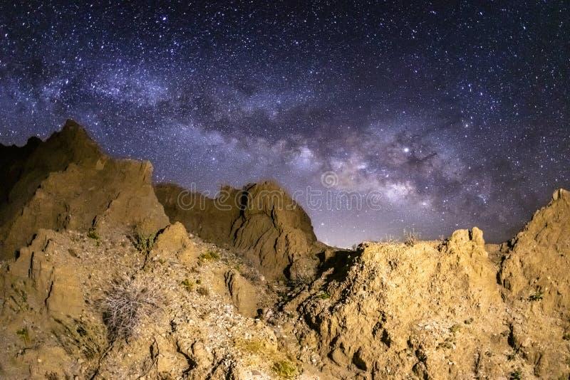 Млечный путь над неплодородными почвами Marslike в пустыне Anza-Borrego стоковые изображения rf