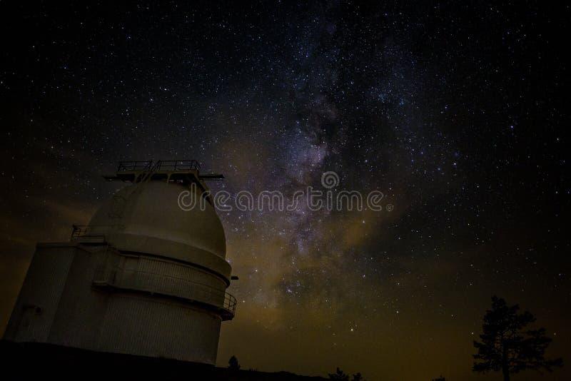 Млечный путь над обсерваторией альта Calar стоковые изображения rf