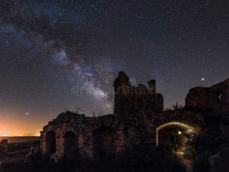 Млечный путь над руинами стоковая фотография