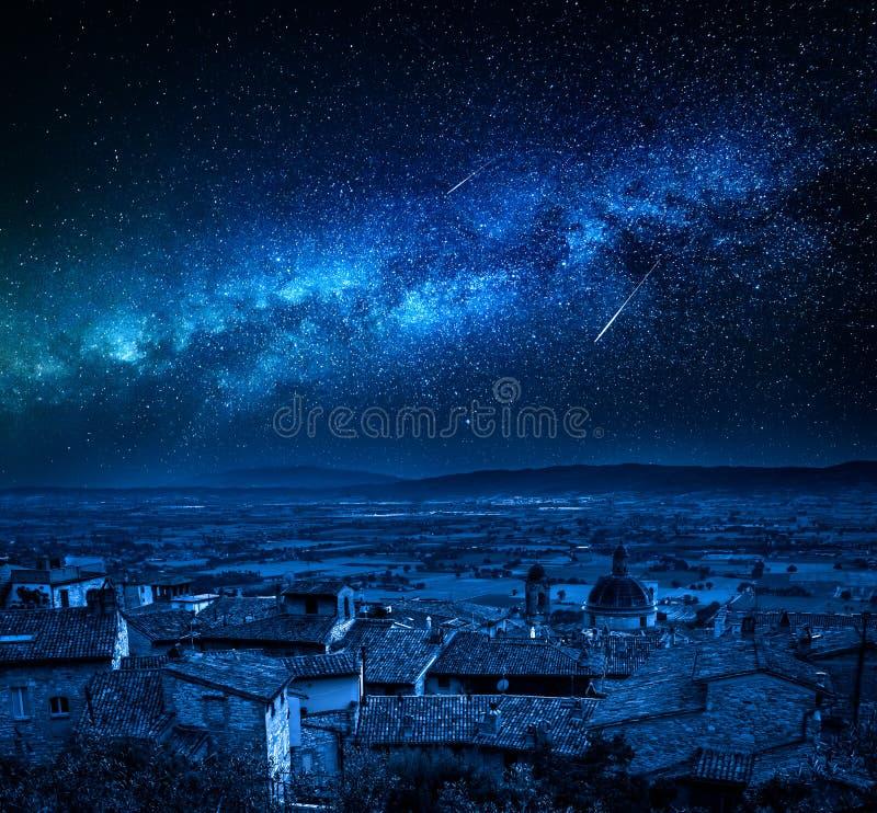 Млечный путь над Assisi в Умбрии, Италии стоковое изображение rf