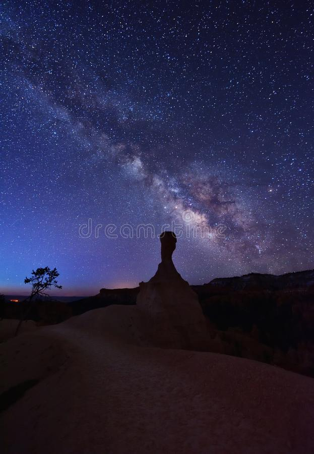 Млечный путь над ET Hoodoo на следах ферзя и peekaboo стоковое изображение rf
