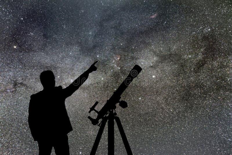 Млечный путь Ночное небо с звездами и силуэтом стоящего человека стоковая фотография rf