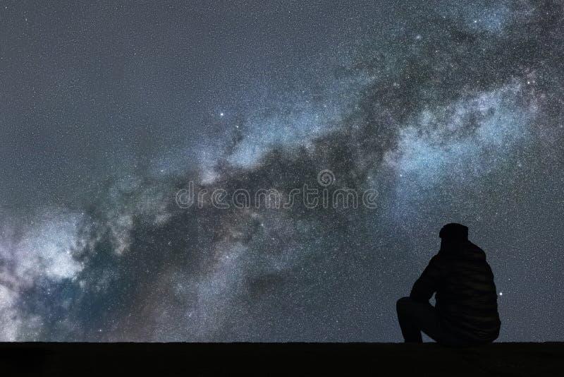 Млечный путь Ночное небо с звездами и смотреть человека силуэта одним стоковое фото rf