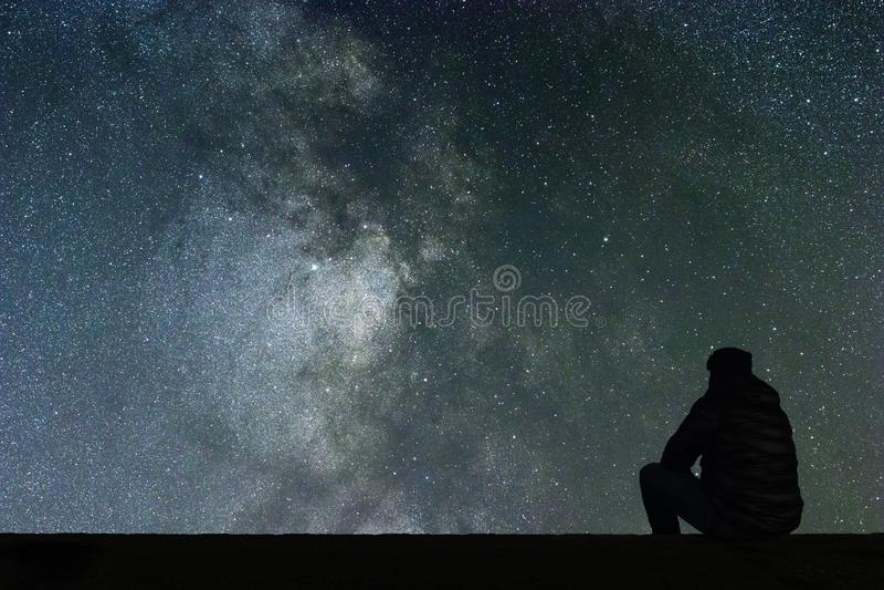 Млечный путь Ночное небо с звездами и смотреть человека силуэта одним стоковые изображения rf
