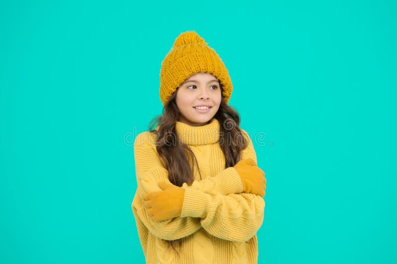 Мне холодно поддерживать тепло зимняя активность для детей девочка в любимом свитере шляпа и перчатки аксессуары нет стоковое фото rf