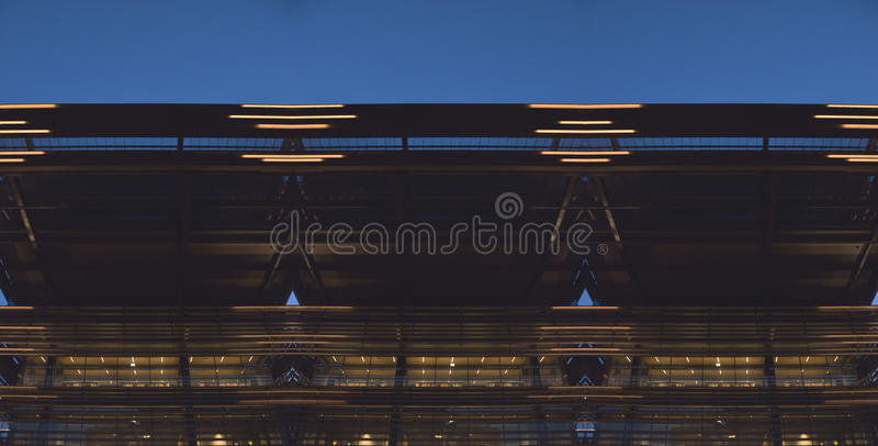 Мнимый современный фасад на голубом часе иллюстрация вектора