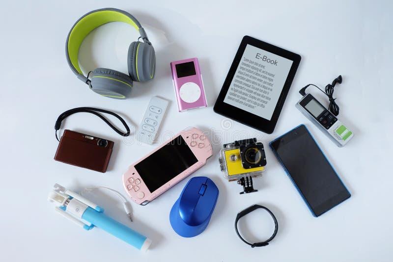 Многие использовали современные электронные устройства для повседневного использования на Белом полу, концепции повторного исполь стоковая фотография