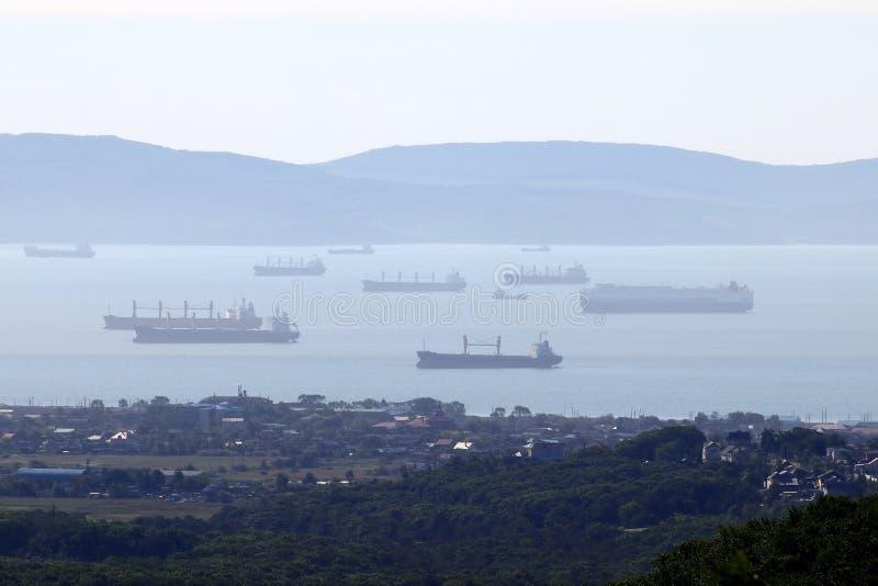 Многие корабли стоят на якоре в гавани генеральные грузовые суда, танкеры и другие стоковая фотография rf