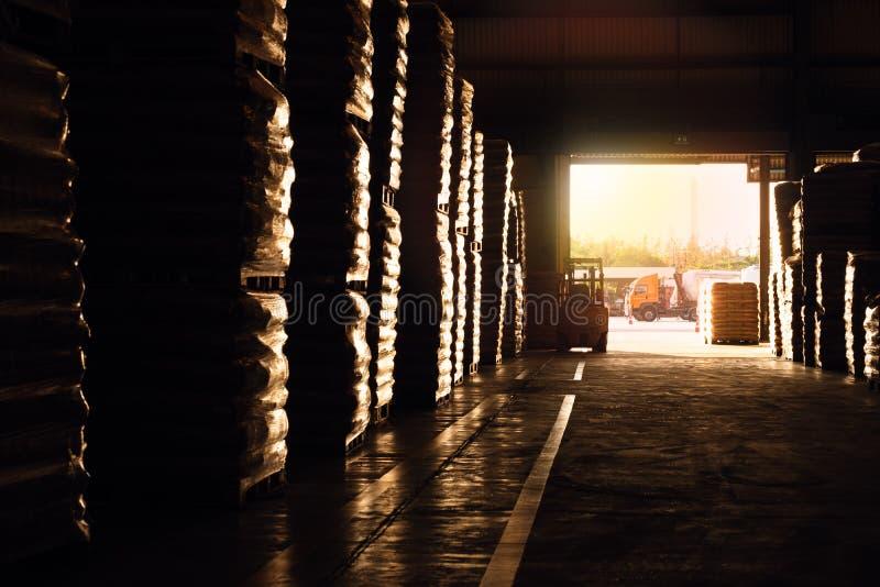 Многие товары на складе с фольклифтом в режиме ожидания фольклорный погрузчик в состоянии ожидания для работы на складе стоковые изображения rf