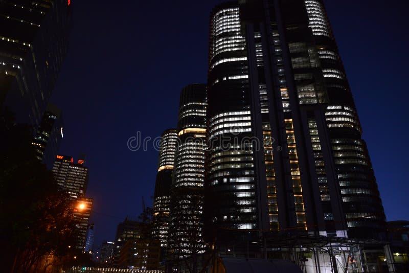 Многоквартирные дома горизонта города Сиднея Австралии на ноче стоковое фото