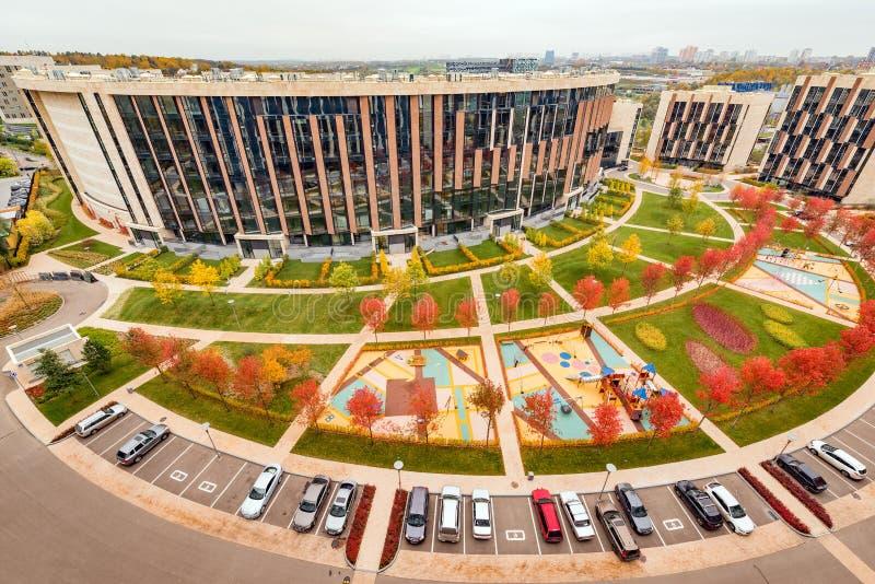 Многоквартирные дома престижности в парке Skolkovo стоковые фотографии rf