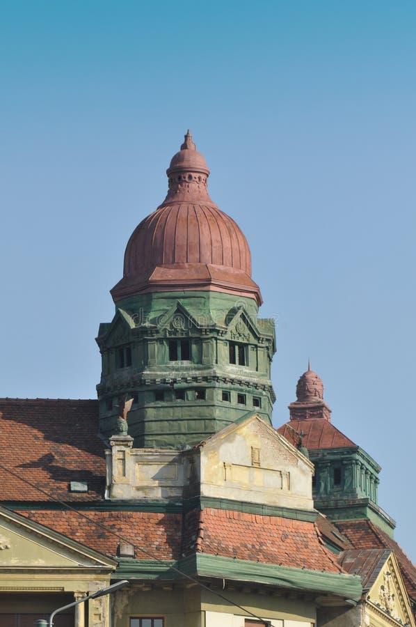 Многоквартирный дом с башней стоковое изображение rf