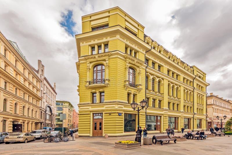 Многоквартирный дом престижности на улице Nikoljskaja стоковые фото