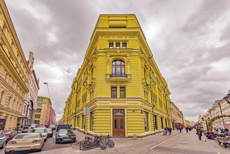 Многоквартирный дом престижности на улице Nikoljskaja стоковое изображение