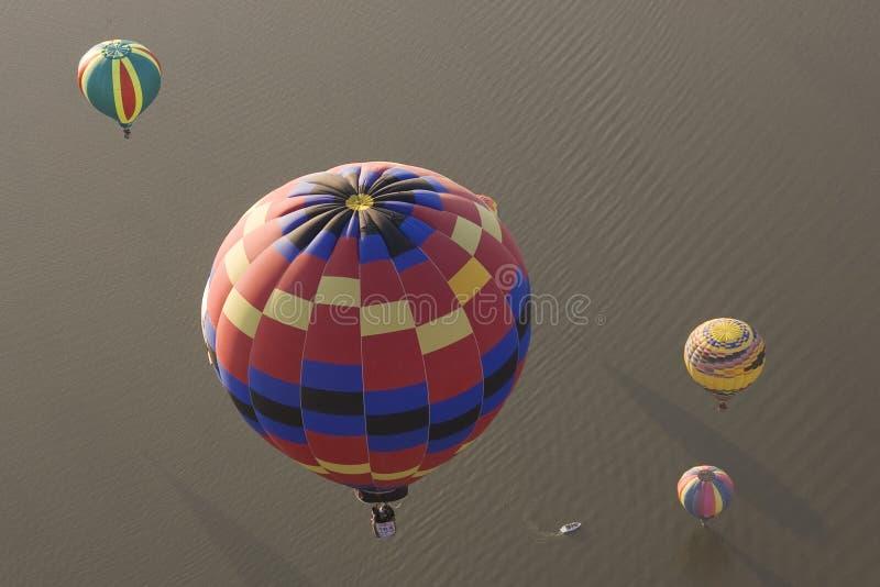Download многократная цепь воздушных шаров горячая над водой Стоковое Фото - изображение насчитывающей airbrush, потеха: 17614302