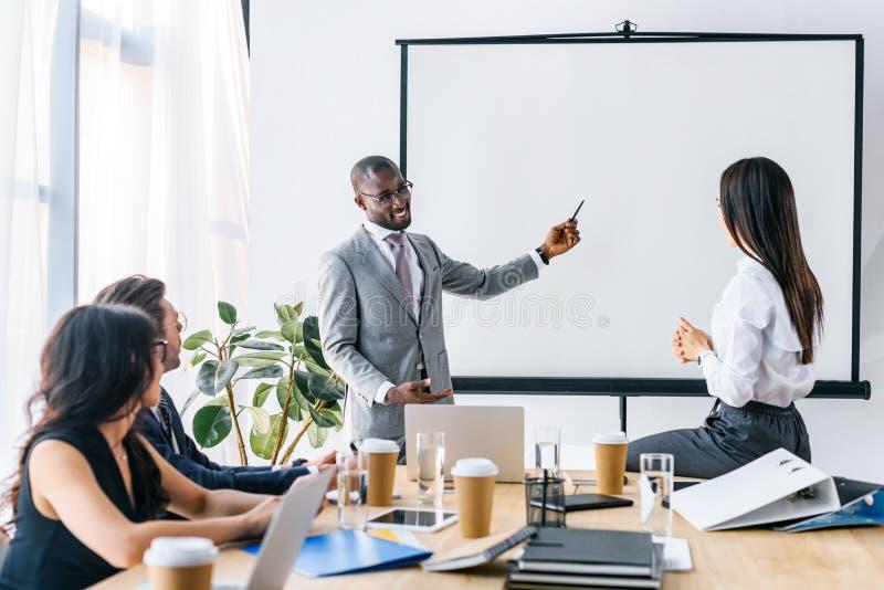 многокультурные бизнесмены имея деловую встречу стоковые фотографии rf