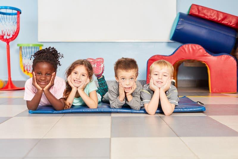 4 многокультурных дет как друзья стоковые изображения rf