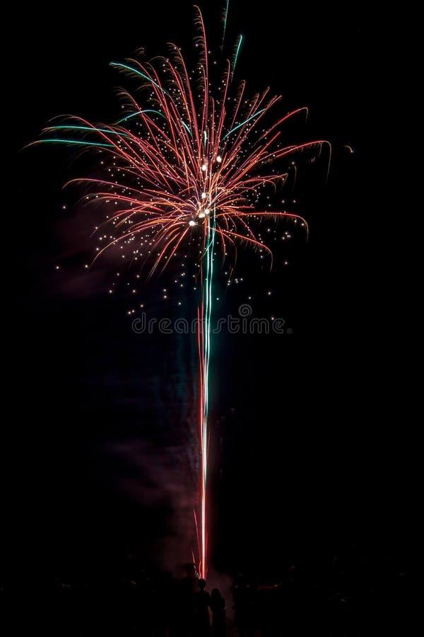 Многолюдные праздничные фейерверки стоковое фото rf
