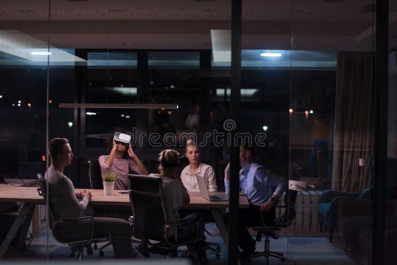 Многонациональная команда дела используя шлемофон виртуальной реальности стоковая фотография rf