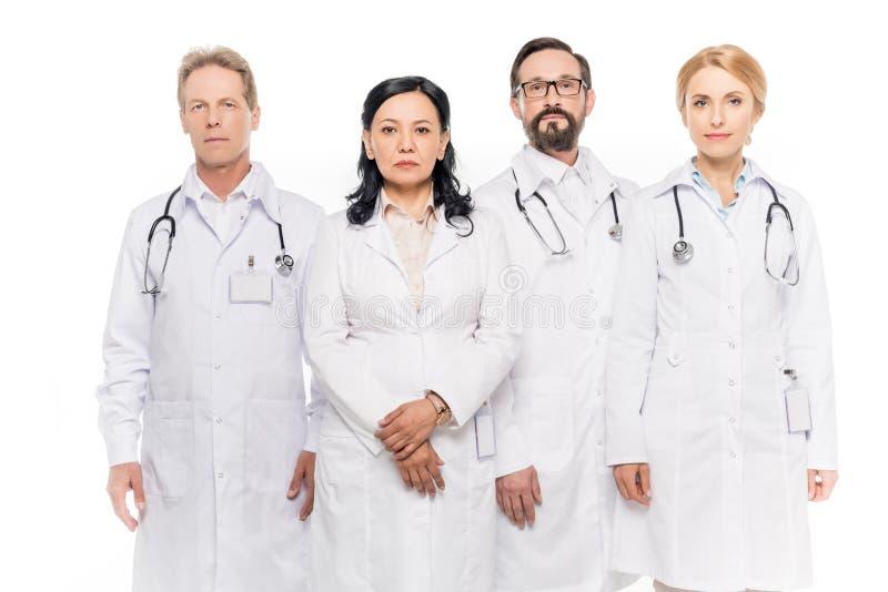 многонациональная команда уверенно середины постарела доктора смотря камеру стоковые изображения