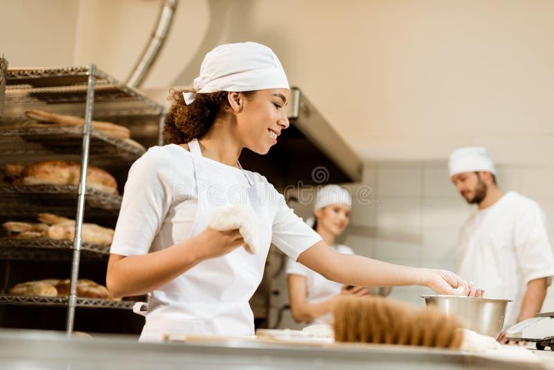 многонациональная команда хлебопеков работая совместно стоковые изображения rf