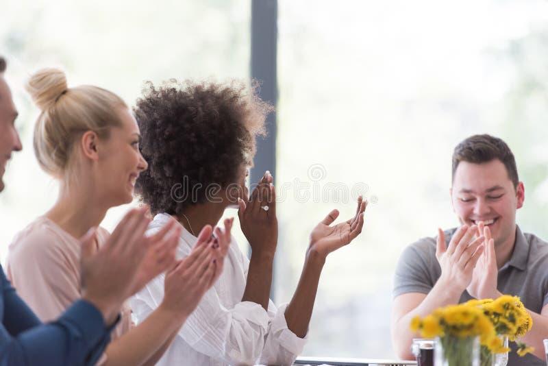 Многонациональная startup группа в составе молодые бизнесмены празднуя s стоковое фото