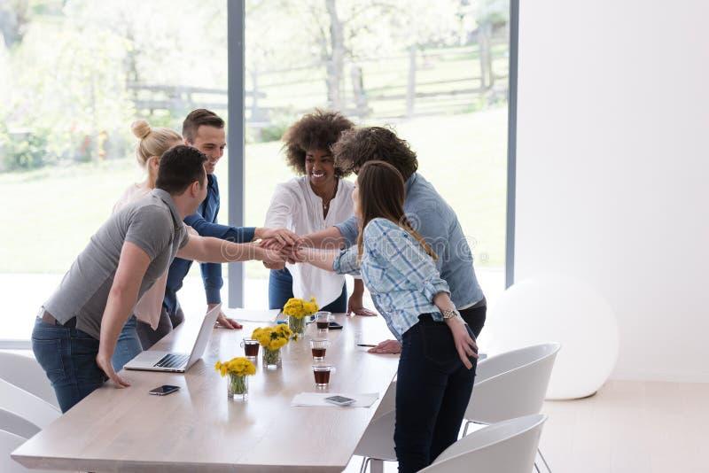 Многонациональная startup группа в составе молодые бизнесмены празднуя s стоковая фотография