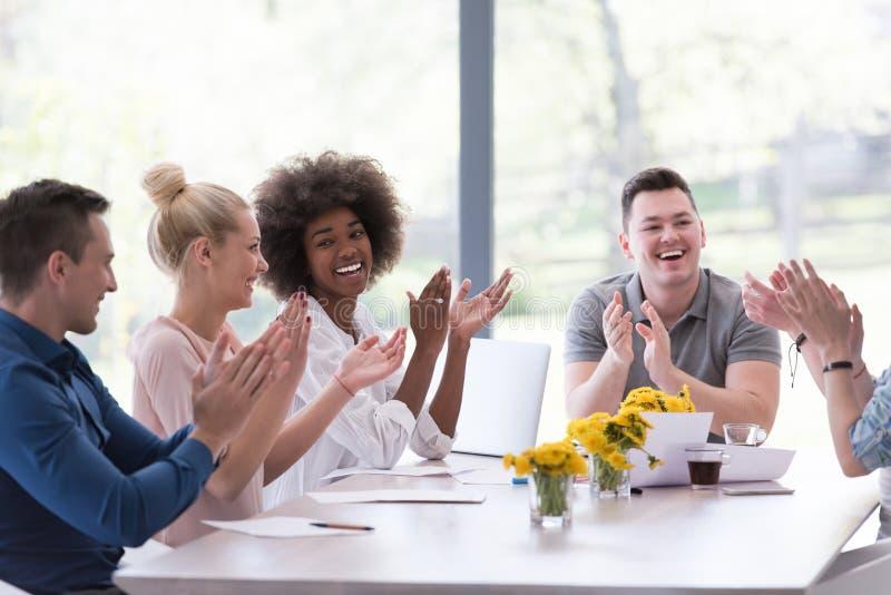 Многонациональная startup группа в составе молодые бизнесмены празднуя s стоковое изображение
