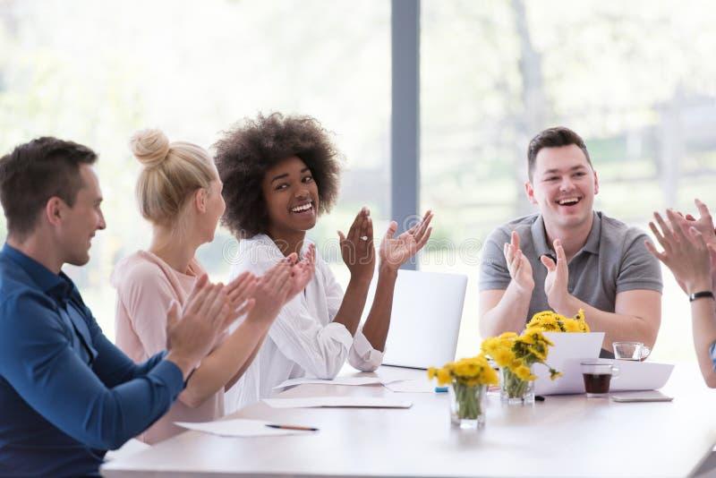 Многонациональная startup группа в составе молодые бизнесмены празднуя s стоковая фотография rf