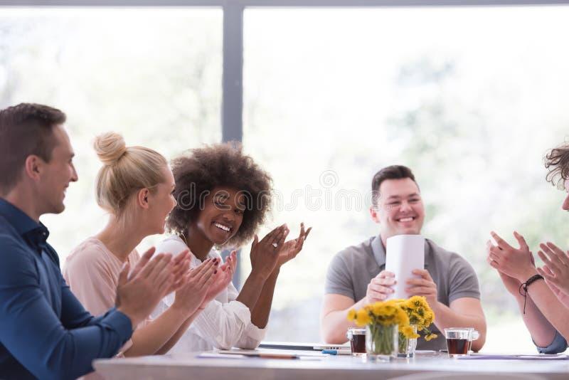 Многонациональная startup группа в составе молодые бизнесмены празднуя s стоковое изображение rf