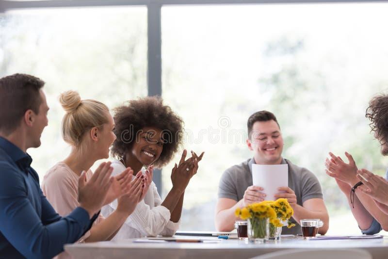 Многонациональная startup группа в составе молодые бизнесмены празднуя s стоковые изображения rf
