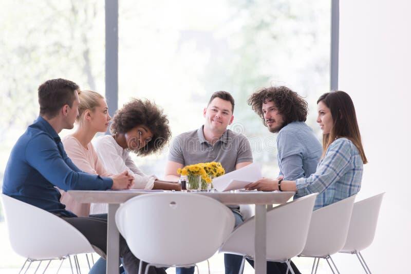 Многонациональная startup команда дела на встрече стоковые фото