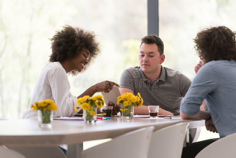 Многонациональная startup команда дела на встрече стоковое фото