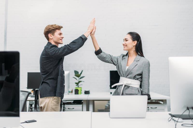 многонациональные деловые партнеры давая максимум 5 стоковое изображение