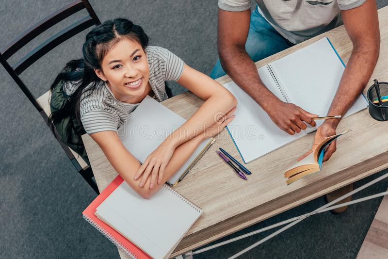 Многонациональные студенты делая домашнюю работу стоковые изображения