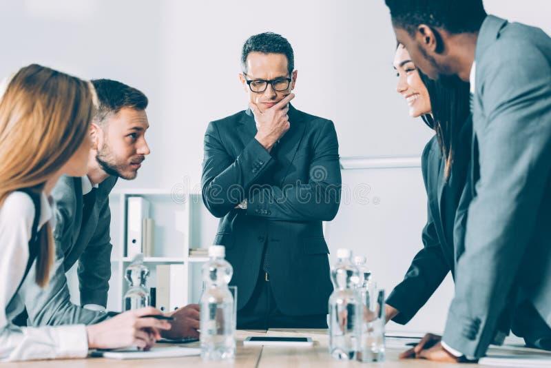 многонациональные успешные предприниматели имея разговор стоковое изображение