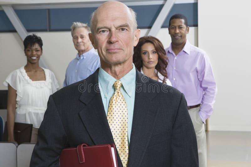 Многонациональная группа в составе предприниматели стоковая фотография rf