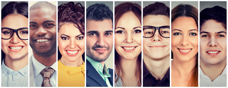 Многонациональная группа в составе усмехаясь люди стоковая фотография