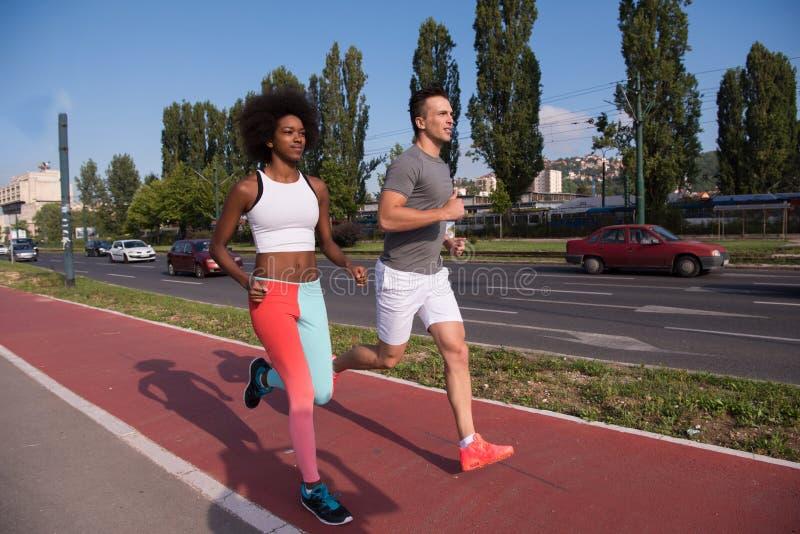 Многонациональная группа людей на jogging стоковая фотография
