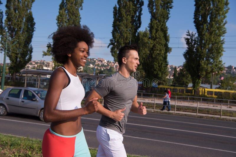 Многонациональная группа людей на jogging стоковое изображение rf